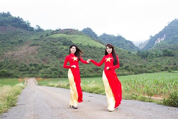 Tôi yêu Việt Nam áo dài mang hình cờ đỏ sao vàng